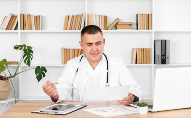 Vooraanzicht arts die op een recept kijkt