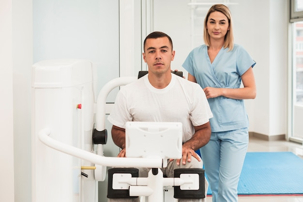 Vooraanzicht arts die patiënt met uitgeoefend medisch helpt