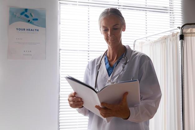Vooraanzicht arts die patiëntendossiers controleert