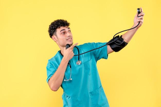 Vooraanzicht arts een arts met phonendoscope toont op zijn bloeddruk