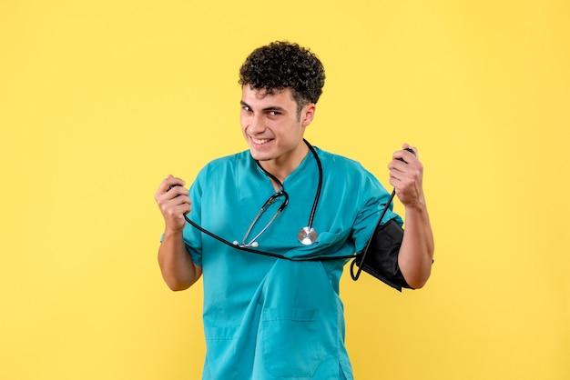 Vooraanzicht arts lachende arts houdt van zijn bloeddruk