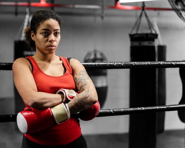 Vooraanzicht atletische vrouw die een pauze van training neemt