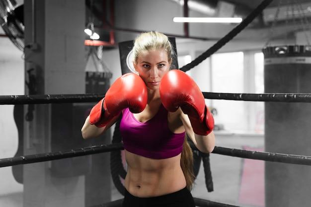 Vooraanzicht atletische vrouw training voor een bokswedstrijd
