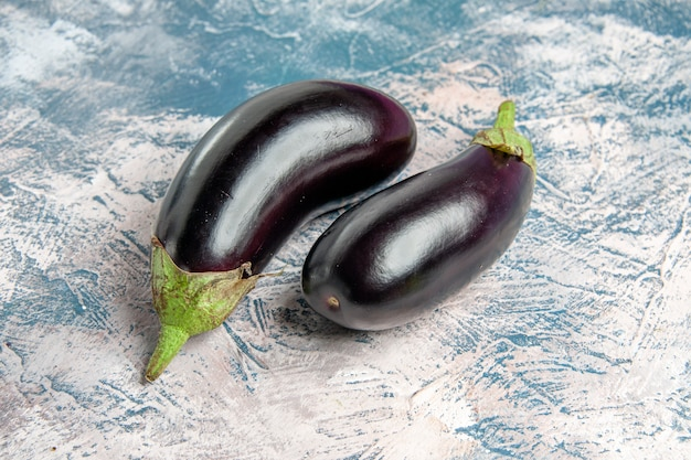 Vooraanzicht aubergines op blauw-witte achtergrond met kopie ruimte