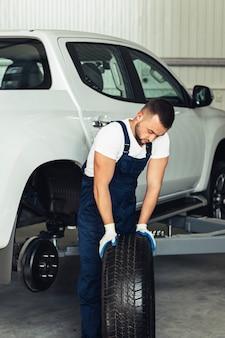 Vooraanzicht auto service mannelijke monteur
