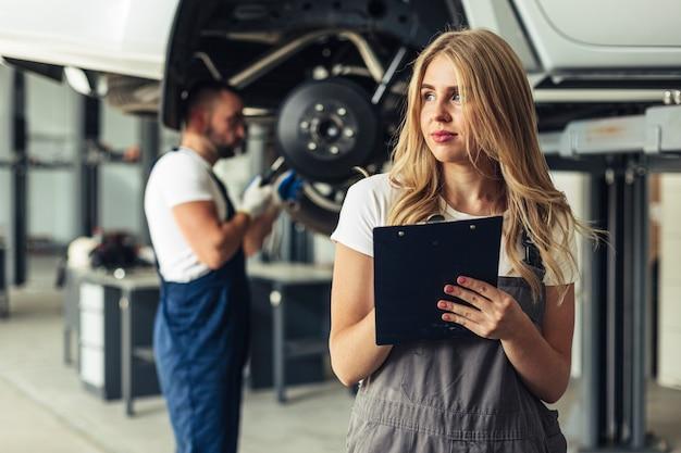 Vooraanzicht auto service medewerkers op het werk