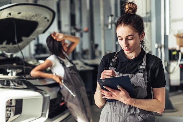 Vooraanzicht auto service medewerkers