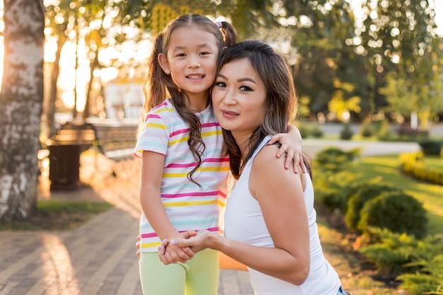Vooraanzicht aziatische moeder en dochter hand in hand