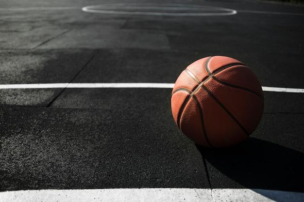 Vooraanzicht basketbal op de baan