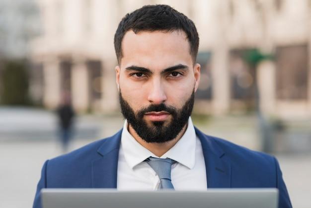 Vooraanzicht bedrijfsmannetje met laptop