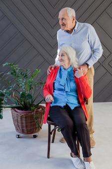 Vooraanzicht bejaarde echtpaar op zoek weg