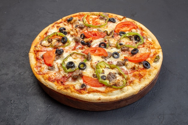 Vooraanzicht bestaat de heerlijke kaaspizza uit olijvenpeper en tomaten op donkere oppervlakte Gratis Foto