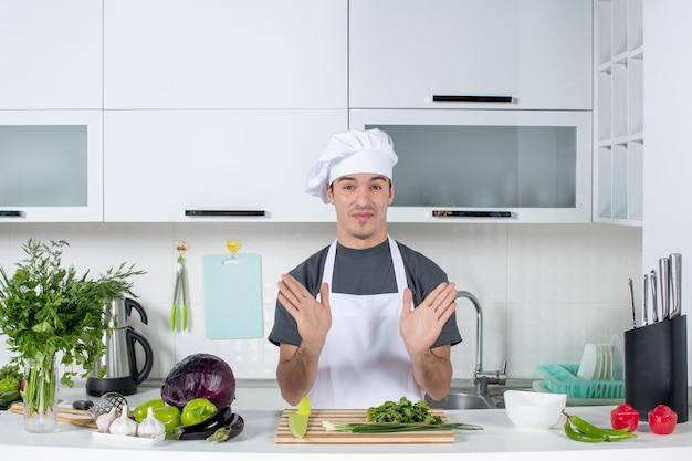 Vooraanzicht bezorgde jonge chef-kok in uniform
