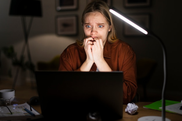 Vooraanzicht bij het geschokte vrouw werken