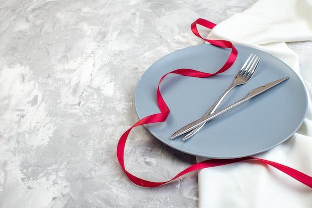 Vooraanzicht blauw bord met vork en mes op lichte ondergrond keuken dames horizontaal voedsel kleur maaltijd glas familie vrouwelijkheid