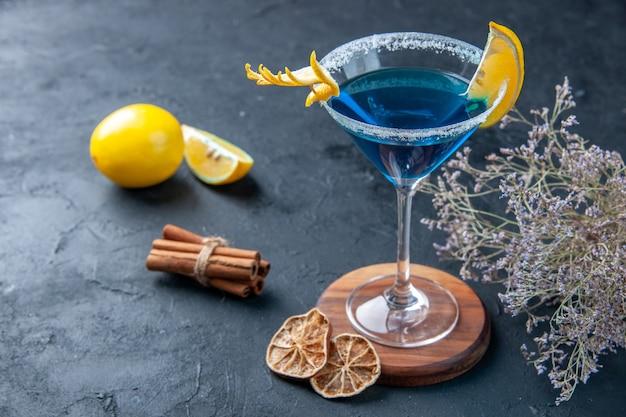 Vooraanzicht blauwe cocktail op de donkerblauwe achtergrond limonade kleur feest drankje vers sap koele ijsbar