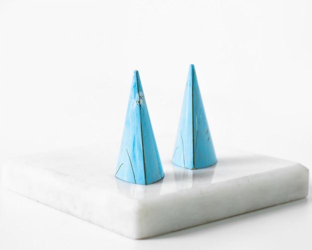 Vooraanzicht blauwe doppen op de witte vloer