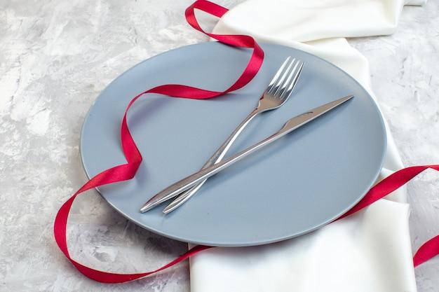 Vooraanzicht blauwe plaat met vork en mes op lichte ondergrond dames glas maaltijd horizontale keuken voedselkleuren