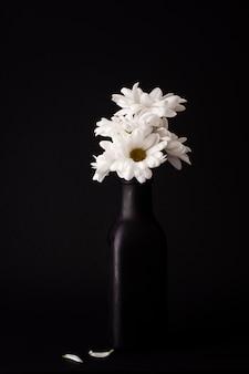 Vooraanzicht bloeiende bloemen in vaas