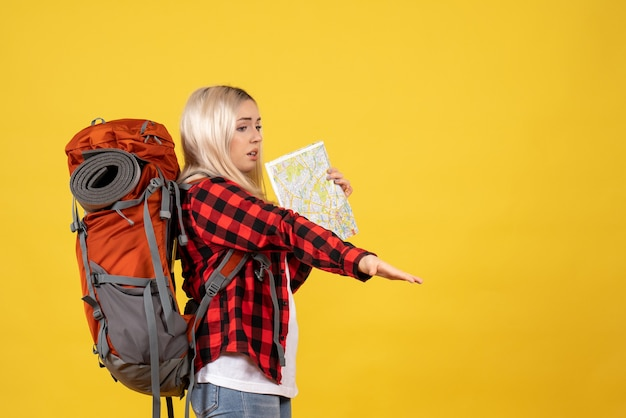 Vooraanzicht blond meisje met haar rugzak met kaart liften