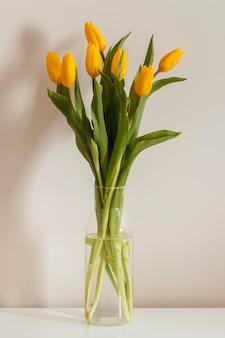Vooraanzicht boeket tulpen in een vaas