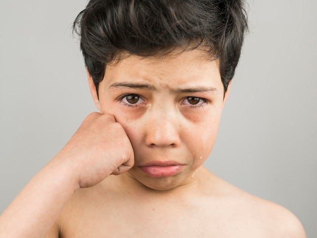 Vooraanzicht boos huilende jongen