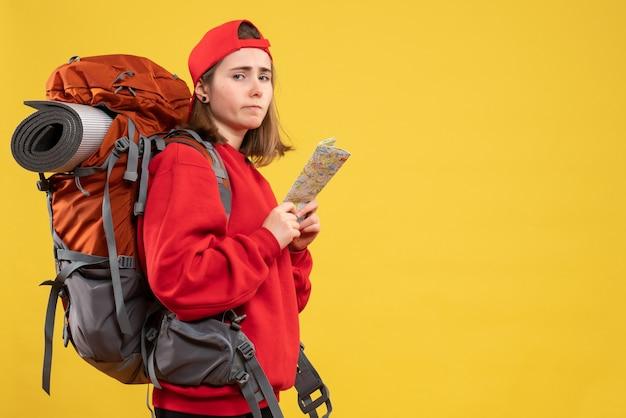 Vooraanzicht boos vrouwelijke backpacker met reiskaart