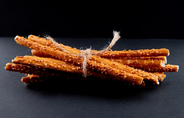 Vooraanzicht bos brood stokken op een zwarte achtergrond