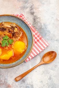 Vooraanzicht bozbash soep keukenhanddoek een houten lepel op naakte azerbeidzjaanse keuken