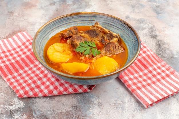 Vooraanzicht bozbash soep keukenhanddoek op naakte azerbeidzjaanse keuken