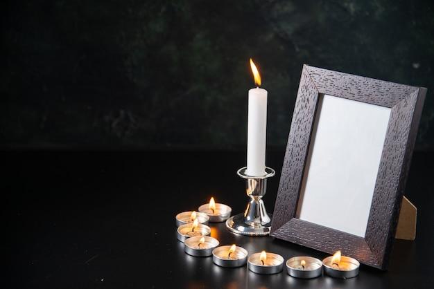 Vooraanzicht brandende kaarsen als geheugen voor gevallen op zwarte ondergrond