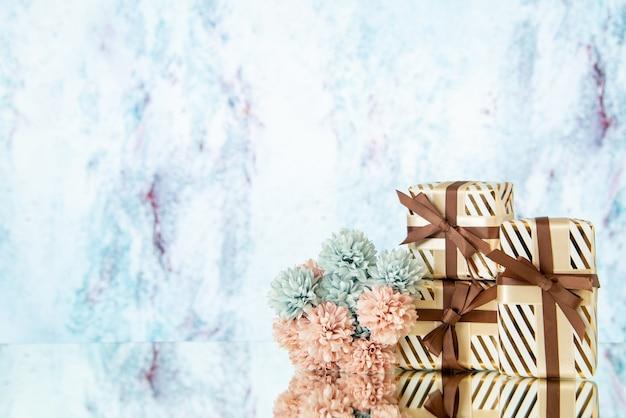 Vooraanzicht bruiloft geschenkdozen bloemen weerspiegeld op spiegel