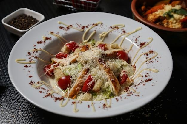 Vooraanzicht caesar salade met kip op een plaat
