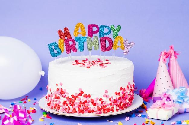 Vooraanzicht cake met gelukkige verjaardag belettering