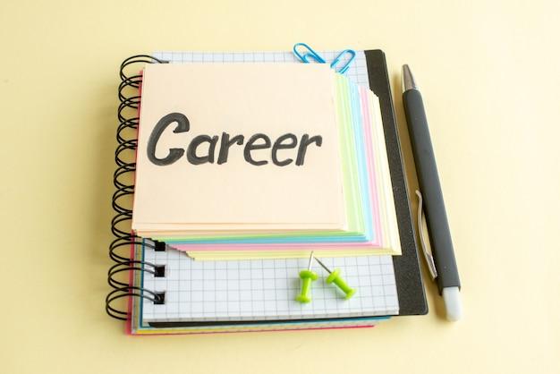 Vooraanzicht carrière geschreven notitie met kleurrijke aantekeningen op papier op lichte achtergrond
