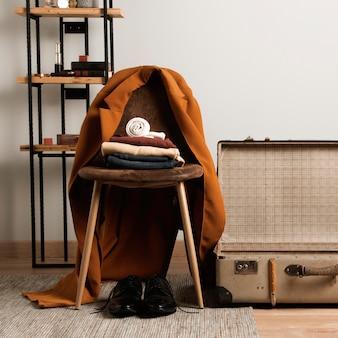 Vooraanzicht casual kleding bovenop de stoel