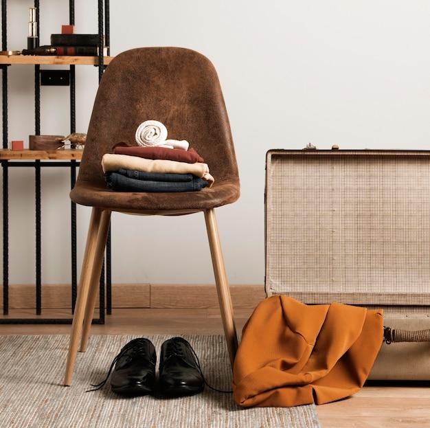 Vooraanzicht casual kleding met vintage koffer