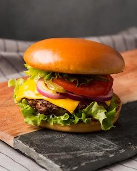 Vooraanzicht cheeseburger op snijplank