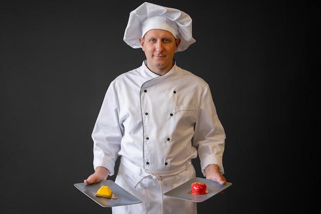 Vooraanzicht chef-kok met voedsel borden