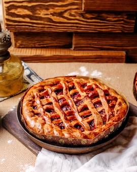 Vooraanzicht cherry pie in ronde pan op de lichte vloer