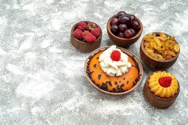 Vooraanzicht chocolate chips cake met rozijnen en fruit op witte achtergrond taart cookie biscuit zoete cake