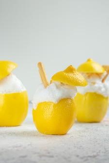 Vooraanzicht citroencocktails met ijs op witte tafel citrusdrank sapcocktail