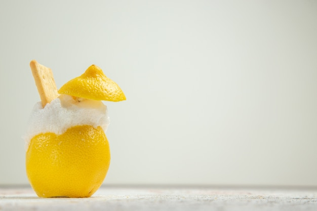 Vooraanzicht citroencocktails met ijs op witte tafelvruchten, citruscocktailsap