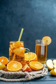 Vooraanzicht cocktail gesneden sinaasappelen en appels op een houten bord op dark