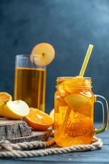 Vooraanzicht cocktail gesneden sinaasappelen en appels op een houten bord op donkere geïsoleerde achtergrond