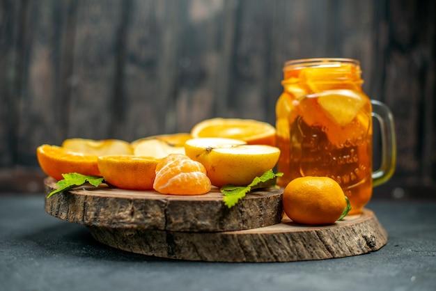 Vooraanzicht cocktail gesneden sinaasappels appels op donker