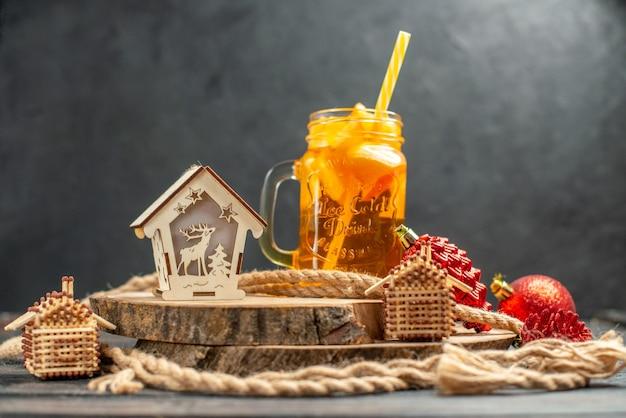 Vooraanzicht cocktail match huis lantaarn op houten bord op dark