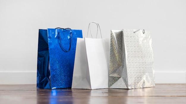 Vooraanzicht collectie van boodschappentassen op de vloer