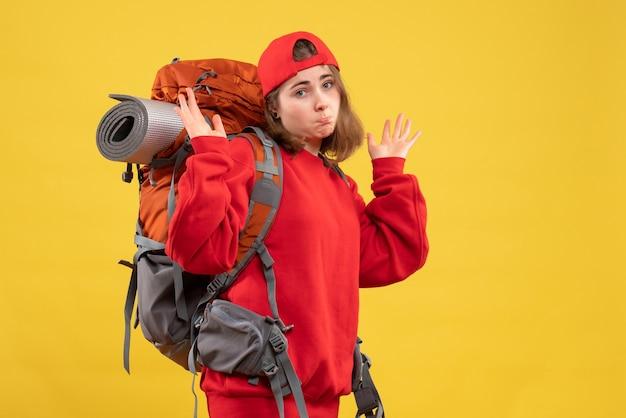Vooraanzicht coole vrouwelijke reiziger met rugzak die zich afvragen