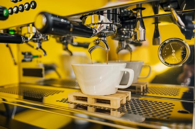 Vooraanzicht dat van machine koffie maakt